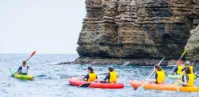 Ruta guiada en kayak desde L'Escala<br /><strong>Horario: de 10.00h a 12.00h <strong class='extra_info_articulo'>- desde 30.00 €  </strong></strong>
